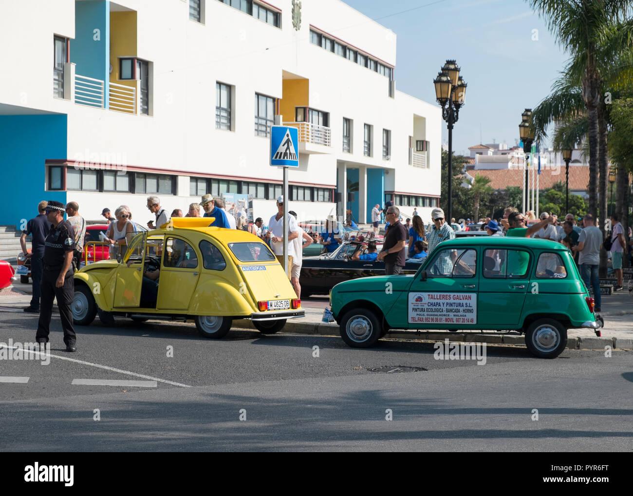 Citroën 2CV - Renault 4. Reunión de coches clásicos en Torremolinos, Málaga, España. Foto de stock
