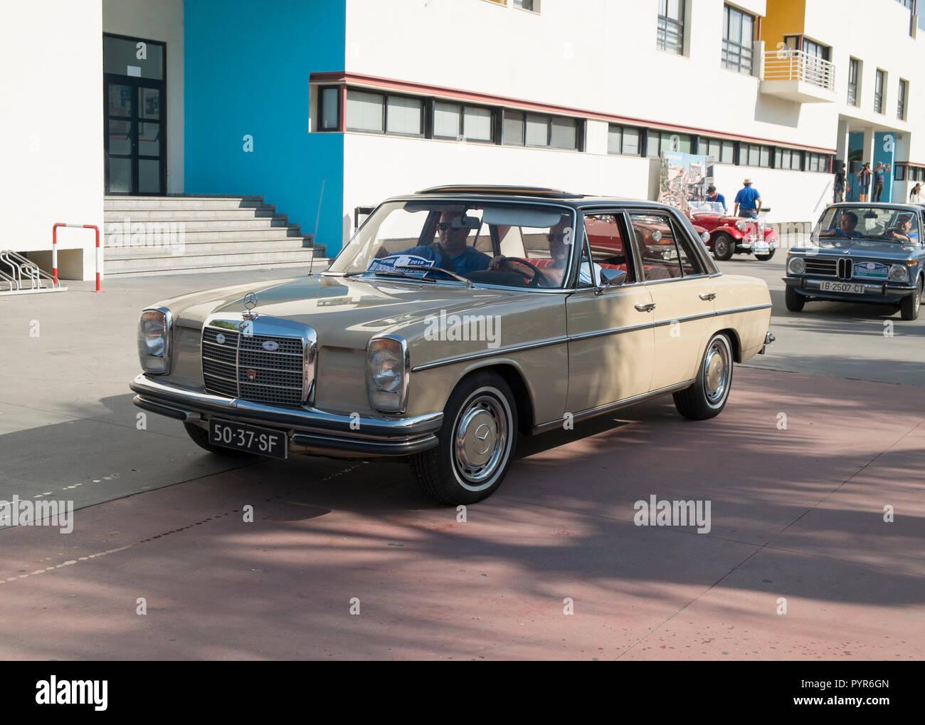 Mercedes W114 250 automático. Reunión de coches clásicos en Torremolinos, Málaga, España. Foto de stock