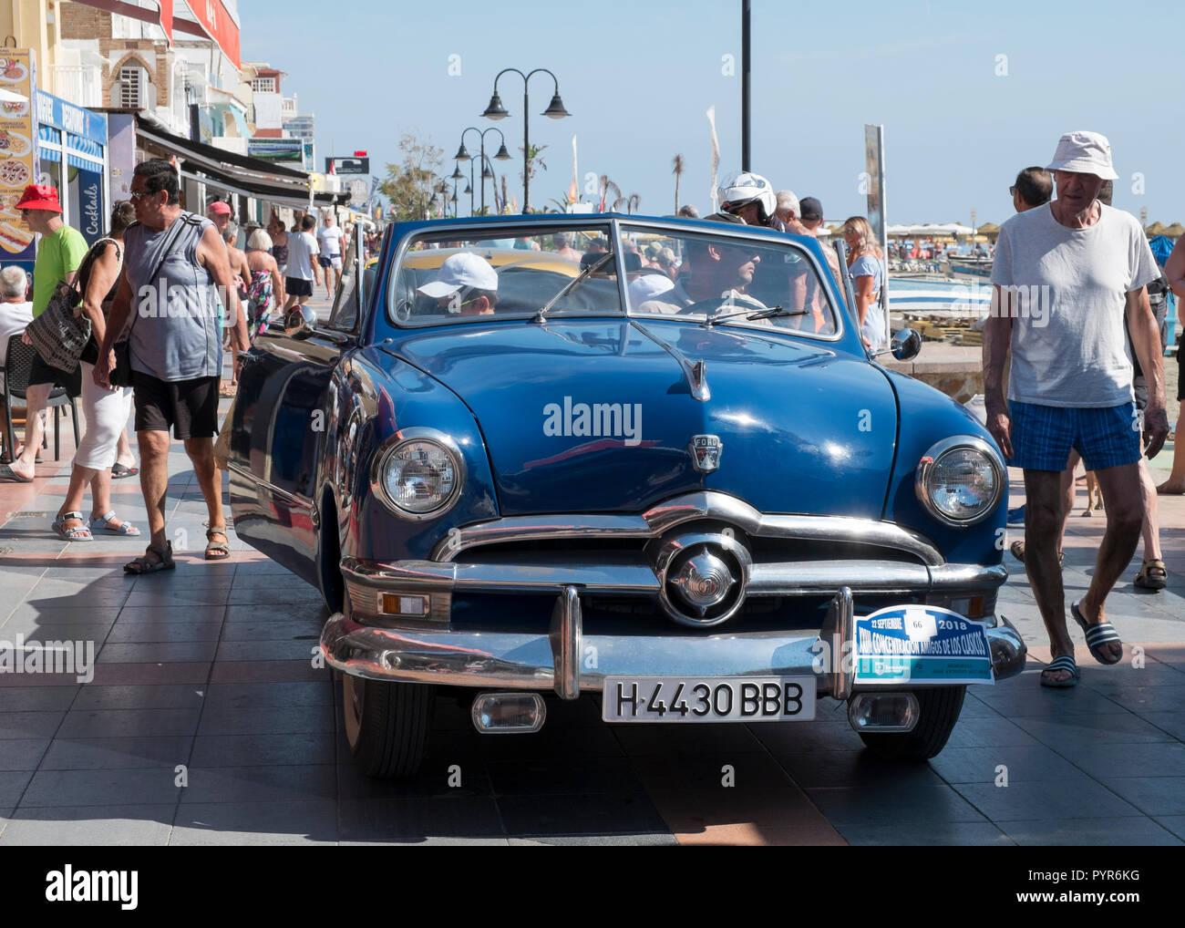 Ford Convertible personalizado. Reunión de coches clásicos en Torremolinos, Málaga, España. Foto de stock