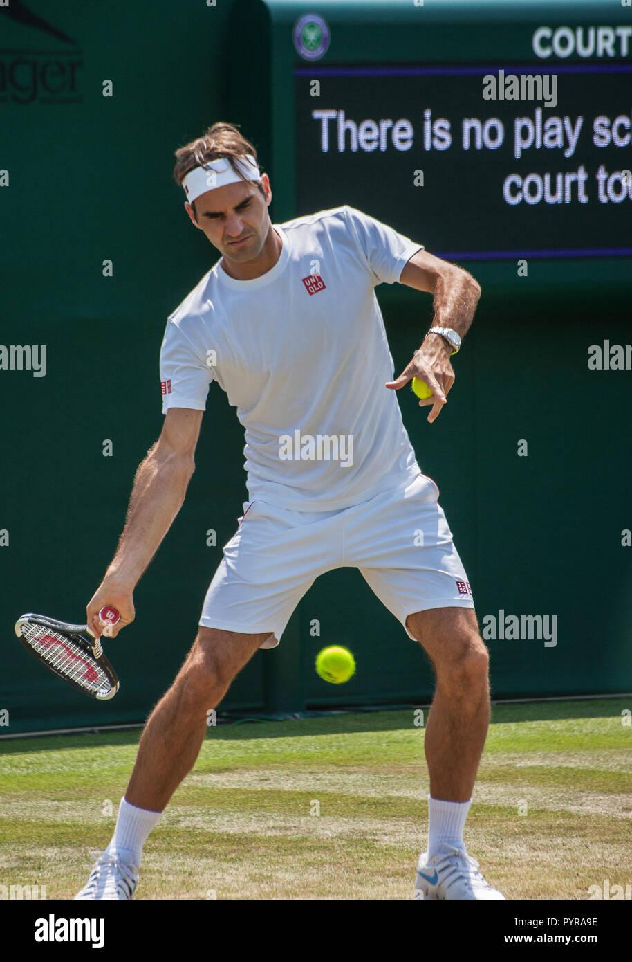 5d8ea856320 Roger Federer practica en tribunales fuera del campeonato de tenis de  Wimbledon 2018 Imagen De Stock