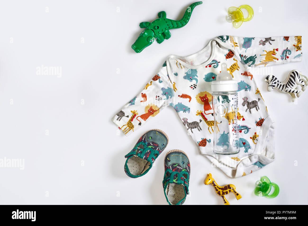 Cuidado del bebé accesorios y ropa sobre fondo blanco, vista superior Imagen De Stock