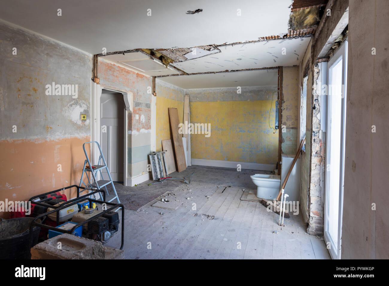 Home bricolaje casa vacía eviscerado de renovación interior paredes desnudas Foto de stock