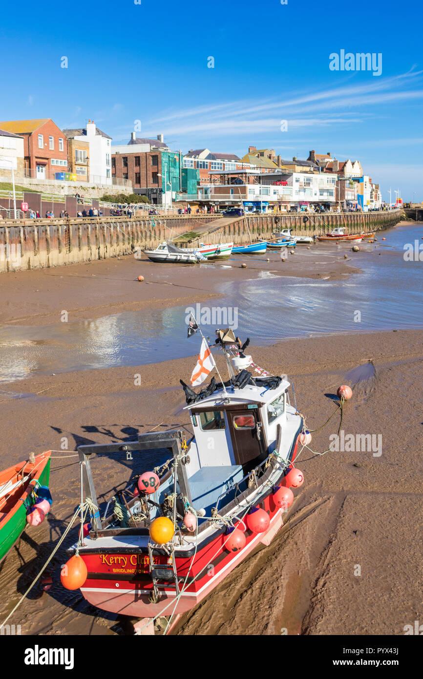 En Bridlington Bridlington Harbour marina y barcos de pesca en la marea baja en el puerto Bridlington East Riding de Yorkshire, Inglaterra GB Europa Foto de stock