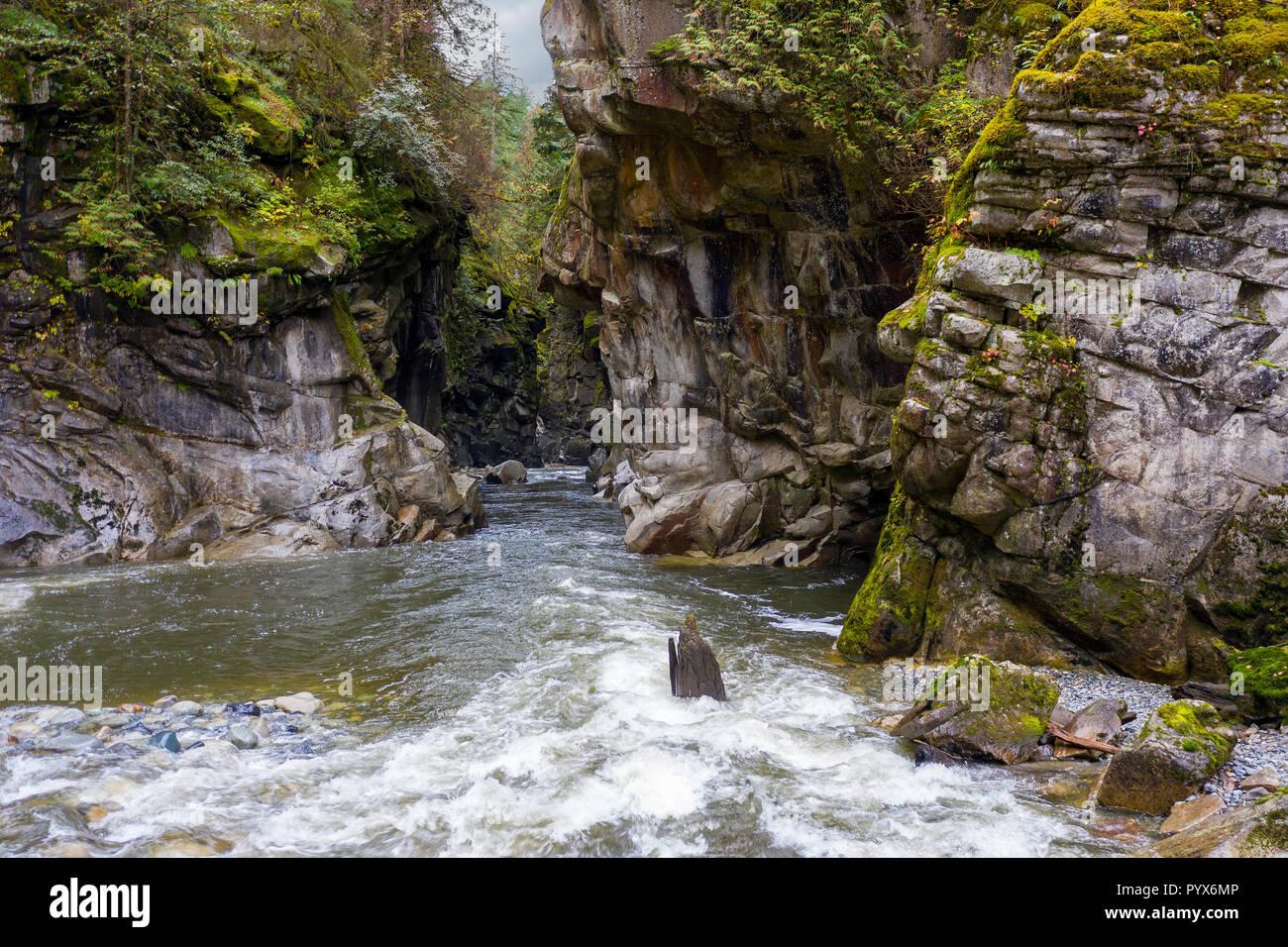 Coquihalla río que fluye hacia el cañón en el Parque Provincial Coquihalla Canyon, cerca de esperanza, British Columbia, Canadá. Foto de stock