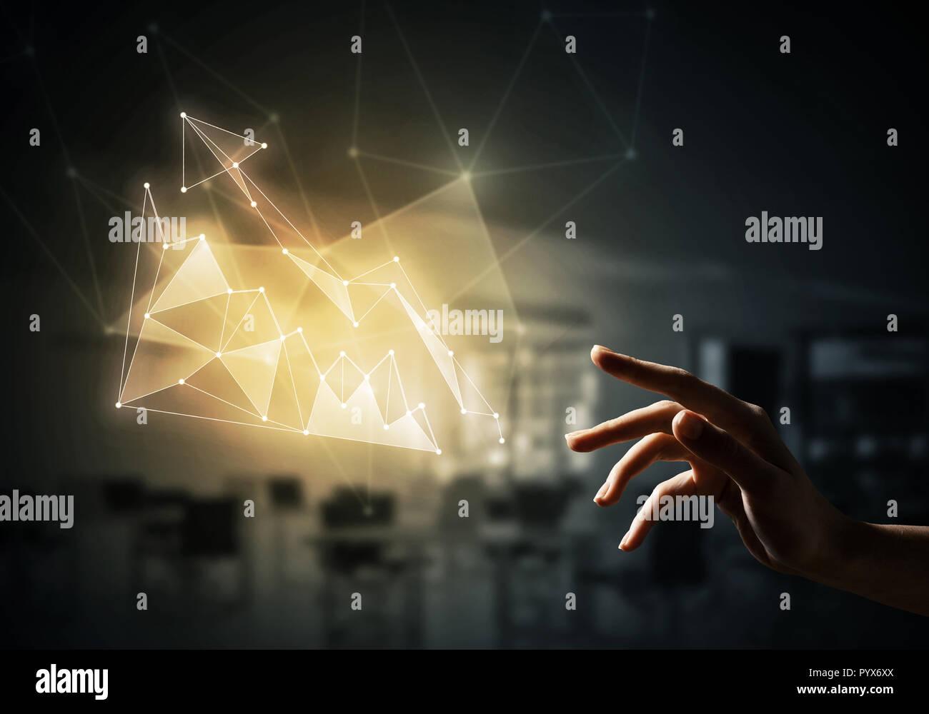 Crecimiento financiero y aumentar el concepto sobre el oscuro fondo de oficina Imagen De Stock