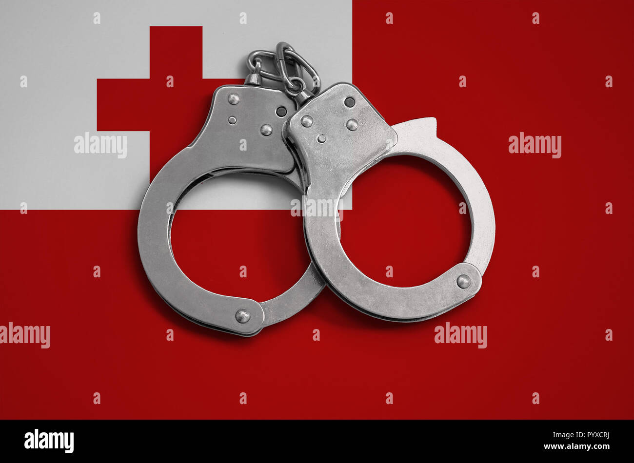 Tonga bandera y esposas policiales. El concepto de la observancia de la ley en el país y la protección de la delincuencia. Foto de stock