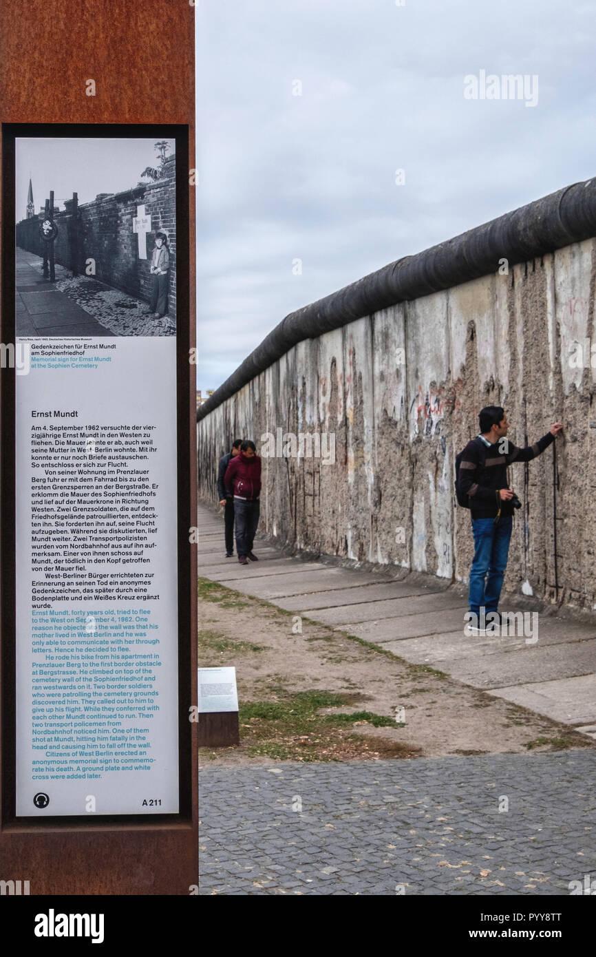 Muro de Berlín - el monumento conmemorativo a las víctimas del muro Ernst Mundt junto a parte de la pared original Bernauerstrasse. Imagen De Stock
