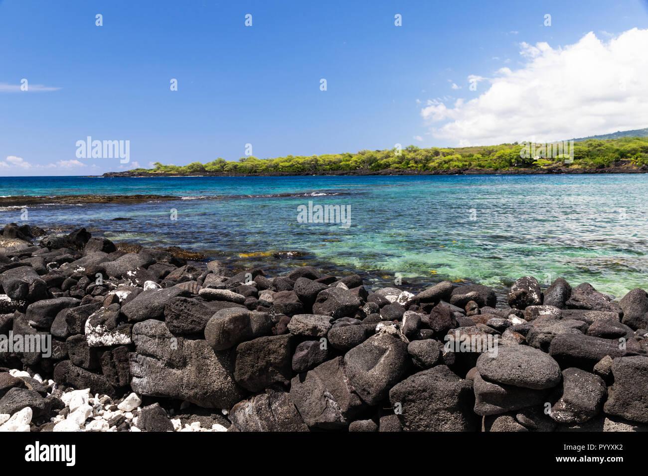 Vista de kealakekua Bay en la isla más grande de Hawai. Cristalinas aguas azul-verde en la costa de Bahía; en segundo plano Foto de stock
