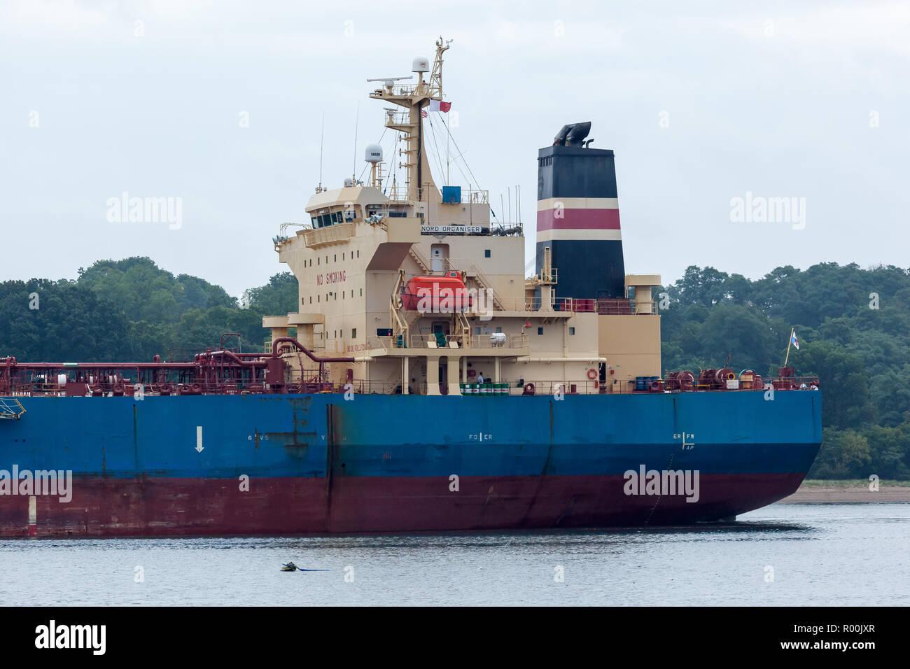 PERTH AMBOY, Nueva Jersey - Agosto 7, 2017: El Organizador Nord Petrolero navega por el Arthur Kill Foto de stock