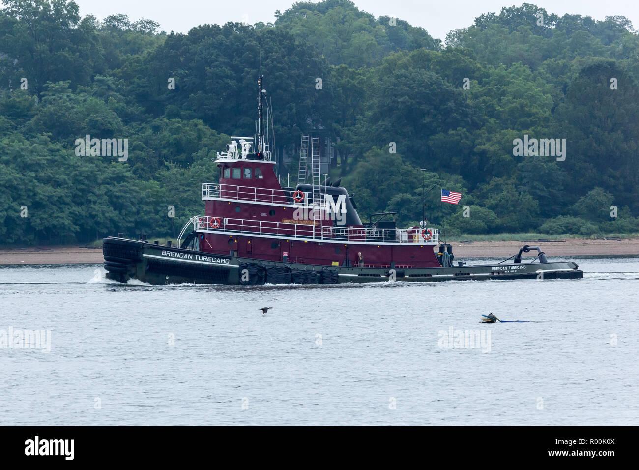 PERTH AMBOY, Nueva Jersey - Agosto 7, 2017: el remolcador Turecamo Brendan viaja el Arthur Kill entre Nueva Jersey y Staten Island. Foto de stock