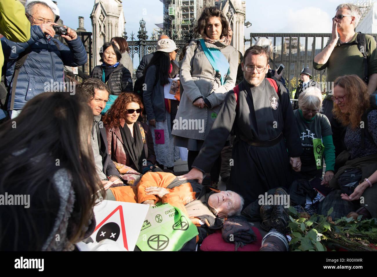 Los manifestantes bloquean la Plaza del Parlamento en Londres como el grupo ecologista extinción rebelión lanza una campaña de desobediencia civil masiva exigiendo la acción sobre el cambio climático. Foto de stock