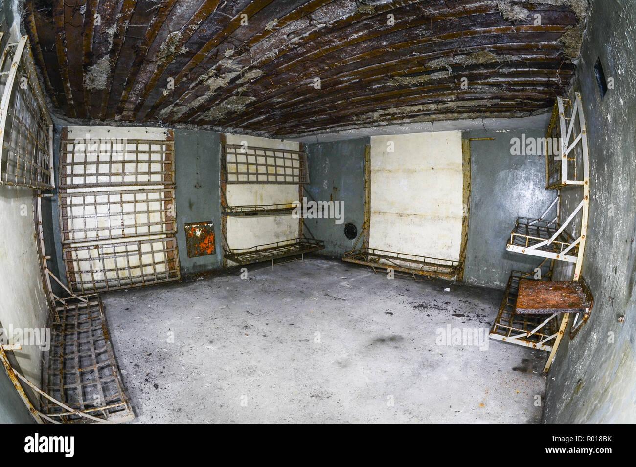 Abandonada y devastada interior de la guerra fría la fortificación de defensa costera en Hel, Polonia. Imagen De Stock