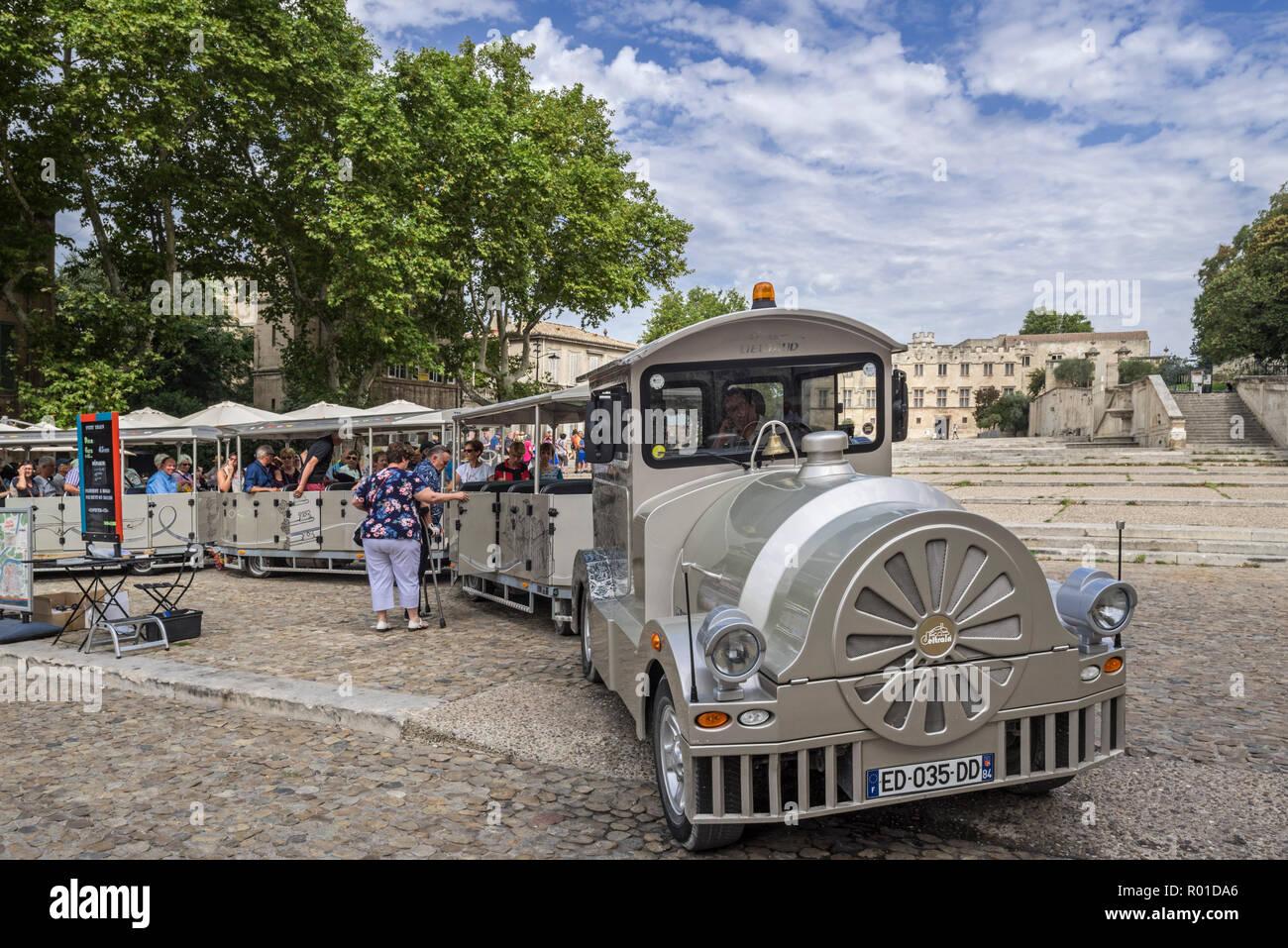 Los turistas subir poco tren turístico para visita guiada / viaje de turismo en la ciudad de Avignon, Vaucluse, Provence-Alpes-Côte d'Azur, Francia Imagen De Stock