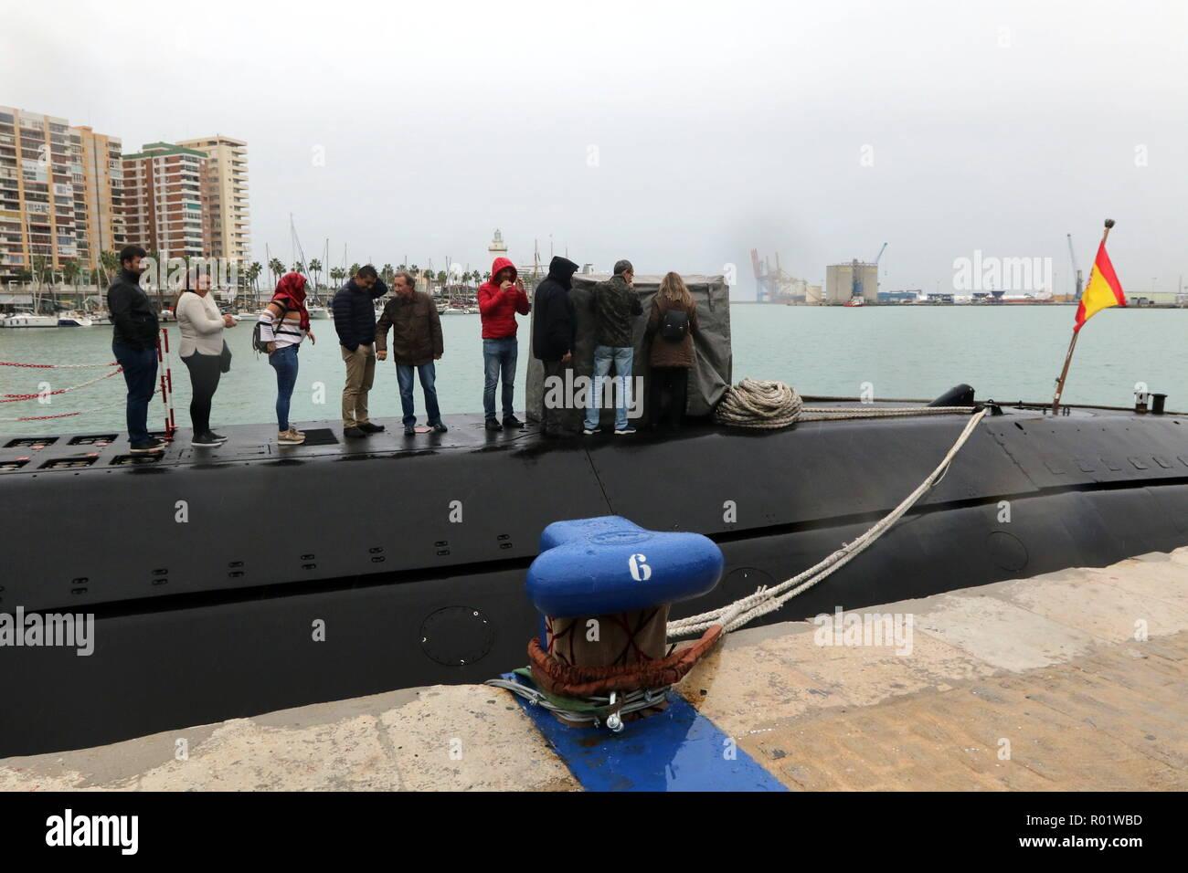 El 31 de octubre de 2018 - 31 de octubre de 2018 (Málaga ) El submarino Mistral se ha detenido en el puerto de Málaga desde hoy hasta el 2 de noviembre. El Mistral es el tercer submarino de la clase Galerna. Durante el primer semestre de este año, ha participado en la operación 'guardián' ea, dedicada al control del tráfico marítimo y la detección de actividades ilícitas que puedan afectar a la estabilidad de los estados costeros de la Alianza Atlántica. Su tripulación está compuesta por 63 hombres y mujeres, y después de su estadía en el puerto de Málaga continuará con diversas maniobras y ejercicios de entrenamiento. (Crédito de la imagen: Imagen De Stock