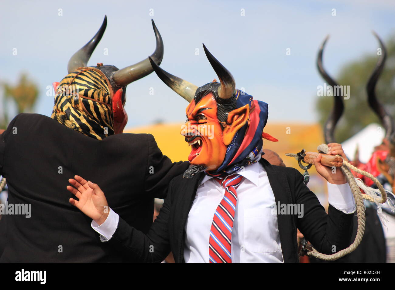 Los hombres que realizan la danza de los Diablos (danza de los diablos o diablada) en el evento del Día de los Muertos Imagen De Stock