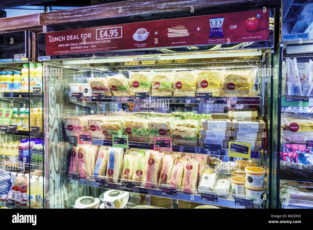 Londres Reino Unido Gran Bretaña Soho cafetería Costa Coffee CAFE almuerzo lidiar sandwich venta pantalla Imagen De Stock
