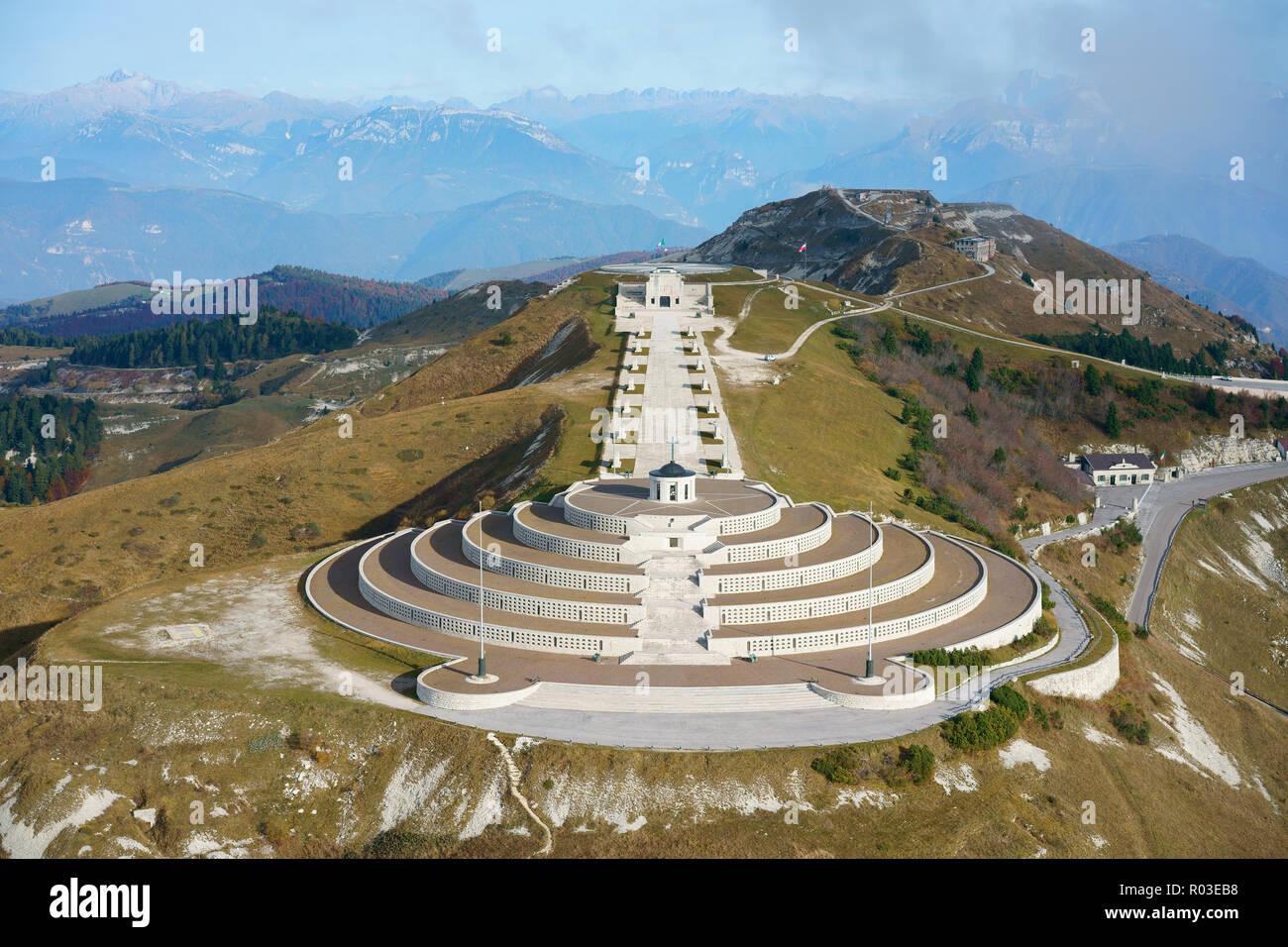MEMORIAL EN EL ITALIANO - frente austríaco DURANTE LA GUERRA MUNDIAL UNO EN MONTE GRAPPA (altitud: 1775m) (vista aérea). Crespano del Grappa, Veneto, Italia. Foto de stock