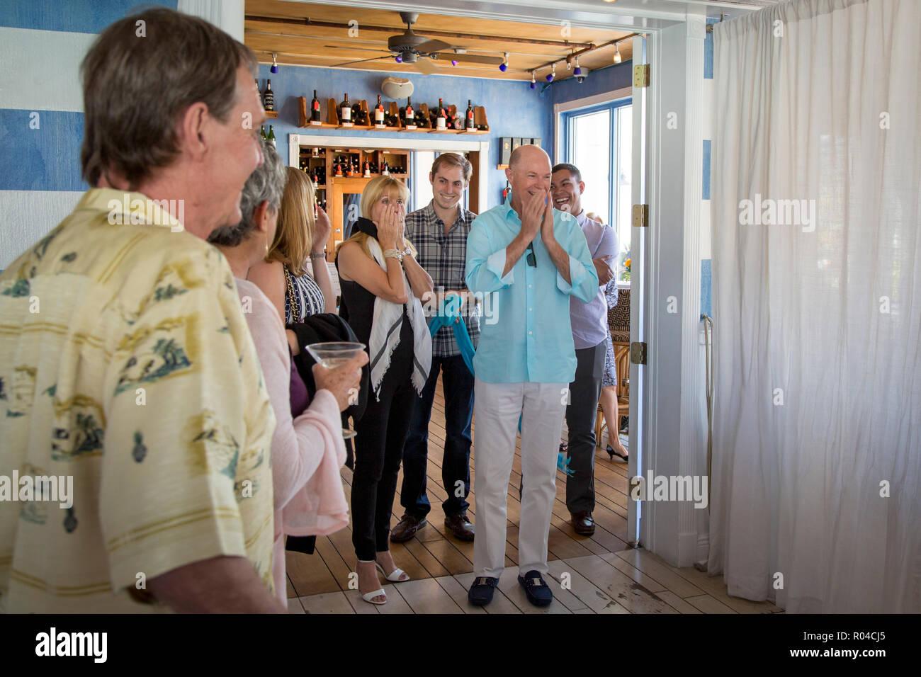 Par sorprendido por mis amigos a una fiesta sorpresa, Naples, Florida, EE.UU. Imagen De Stock