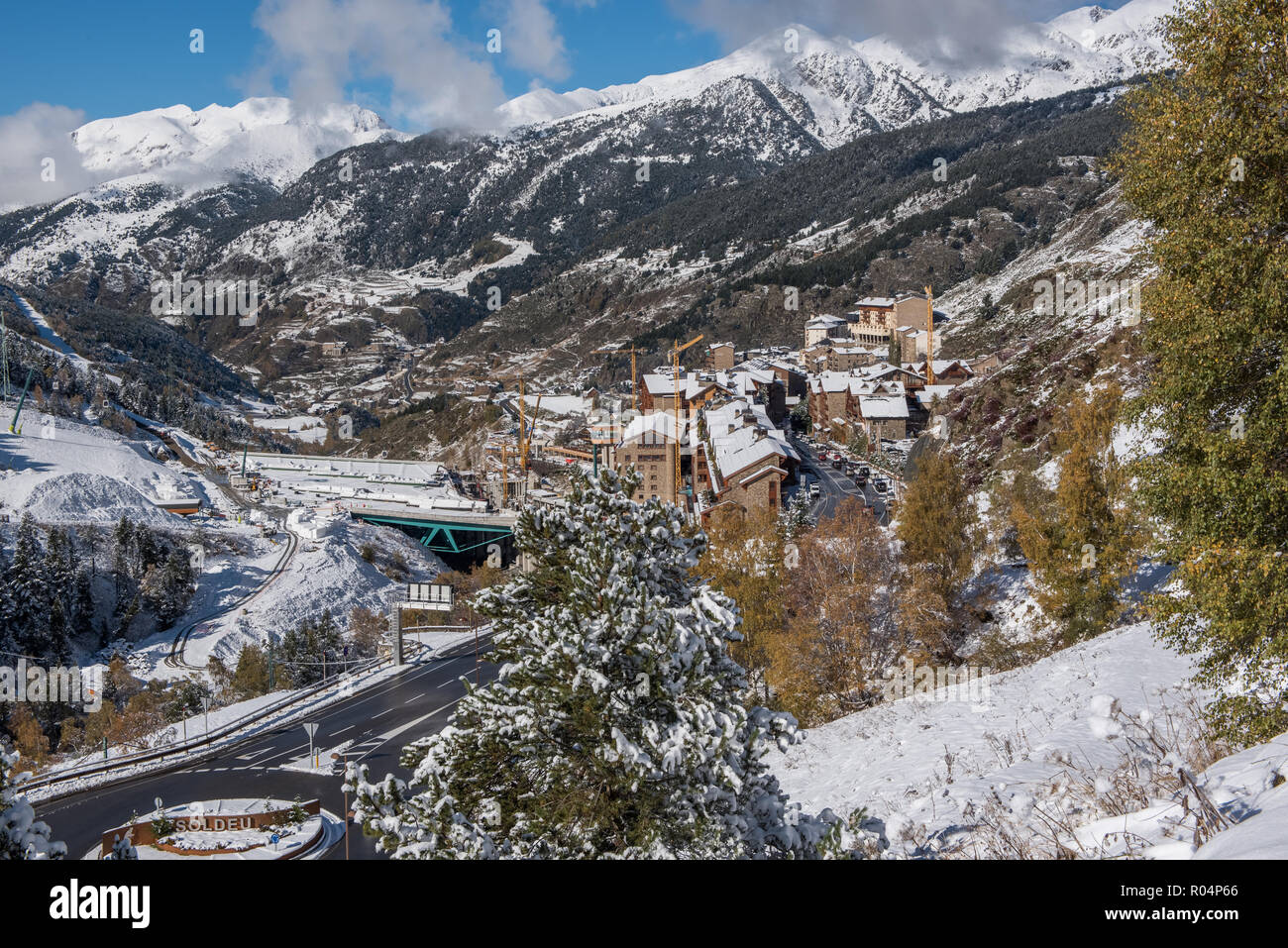Hermoso paisaje de Soldeu, Canillo, Andorra en una mañana de otoño en su primera nevada de la temporada. Usted puede ver casi terminadas las obras de th Foto de stock