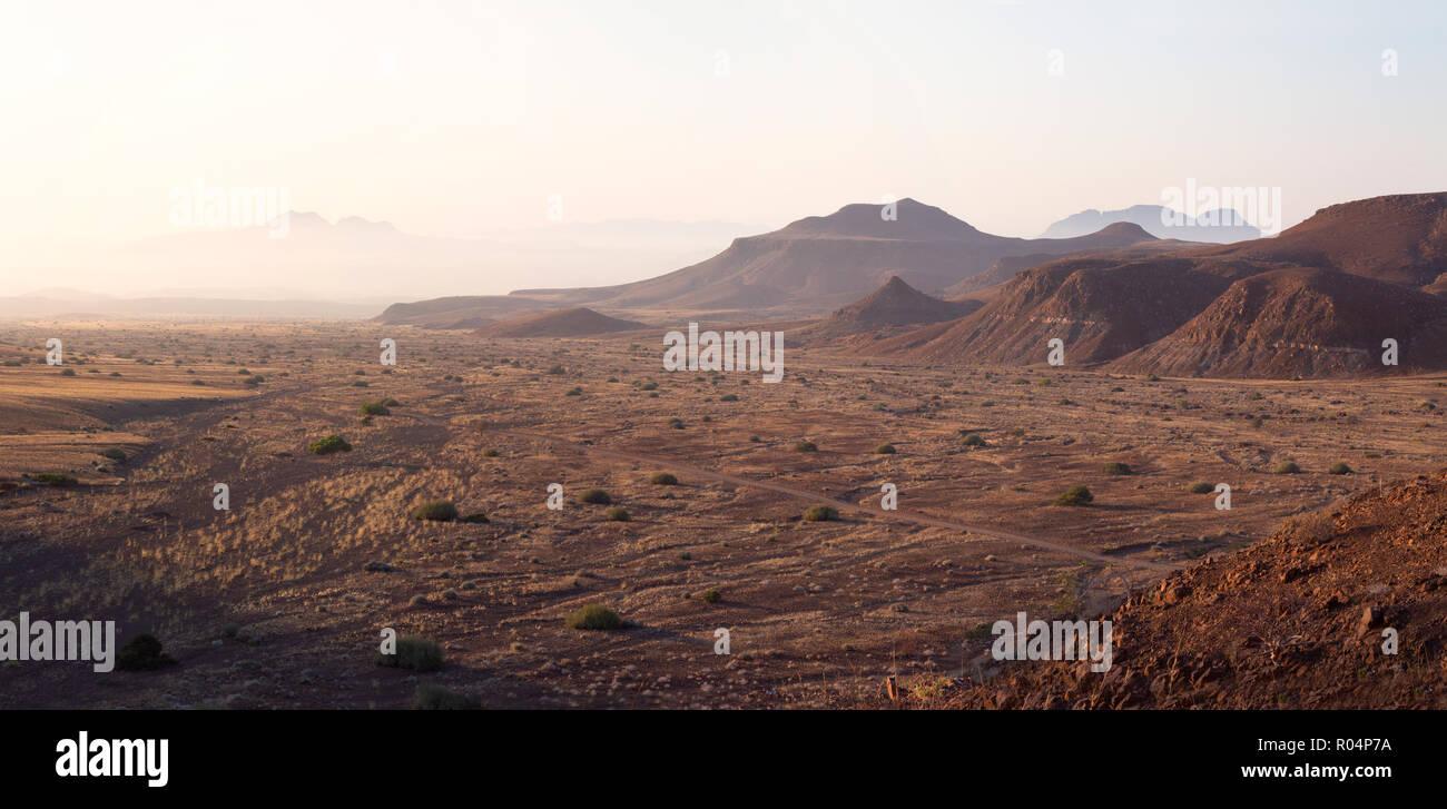 Namibia paisaje ejemplo de África paisajes; - el amanecer en las montañas Damaraland, Namibia África Imagen De Stock