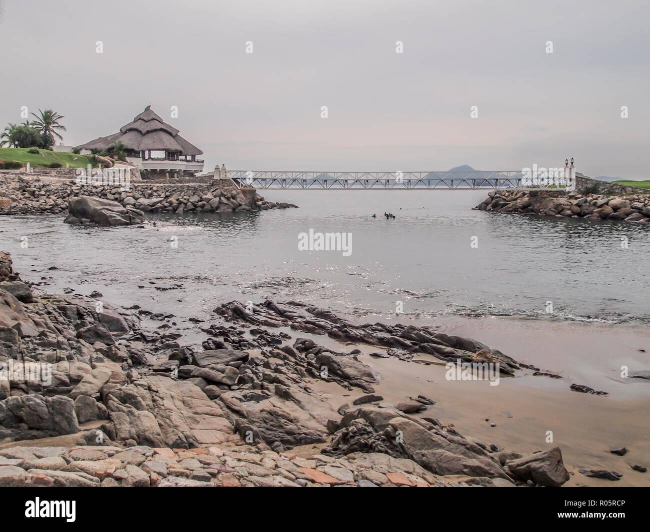 Increíbles Vistas De La Bahía Con Su Playa De Rocas Con Una