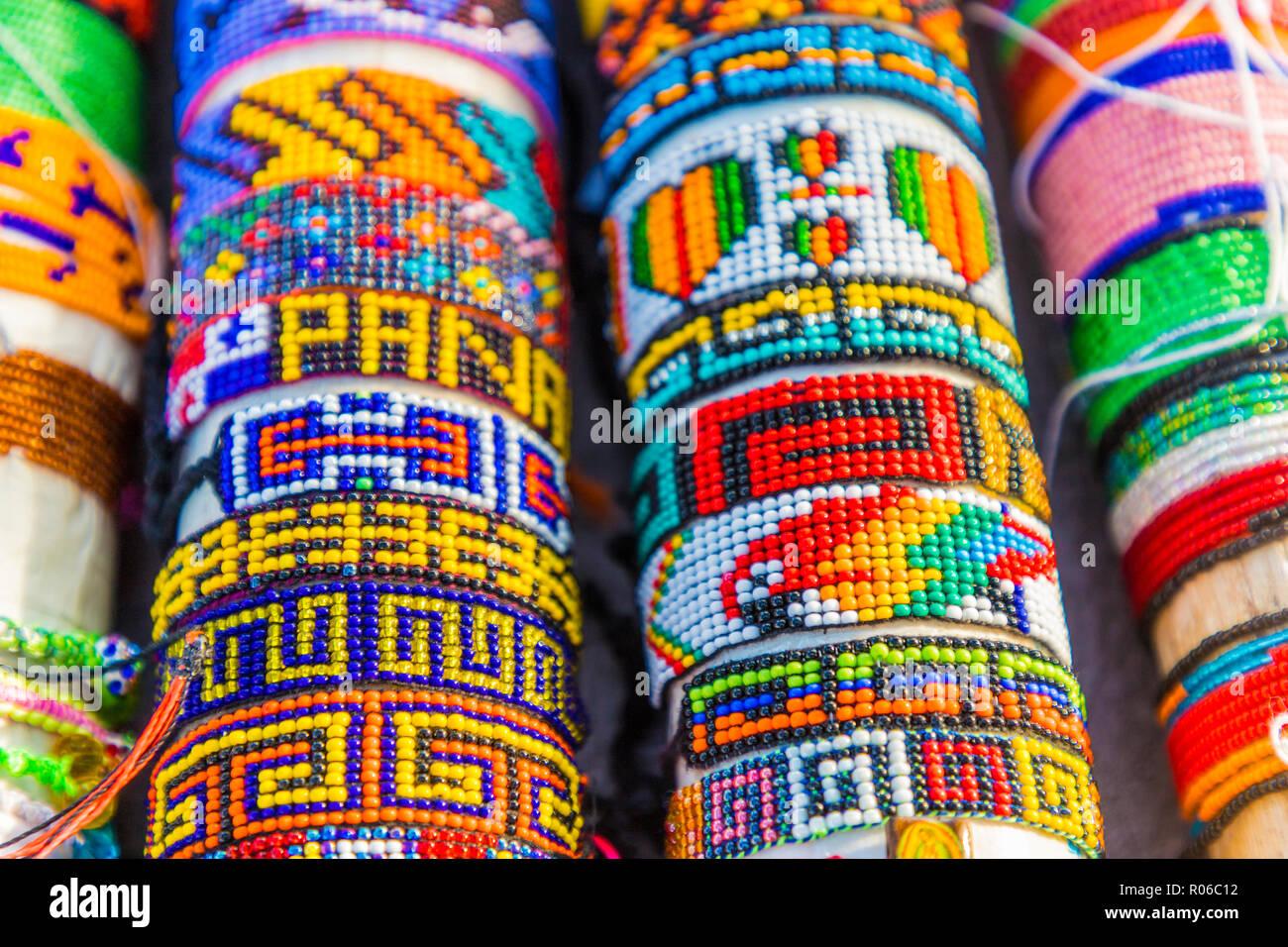 1032b40aac46 Shakira pulseras artesanales tradicionales para la venta en las islas de  San Blas