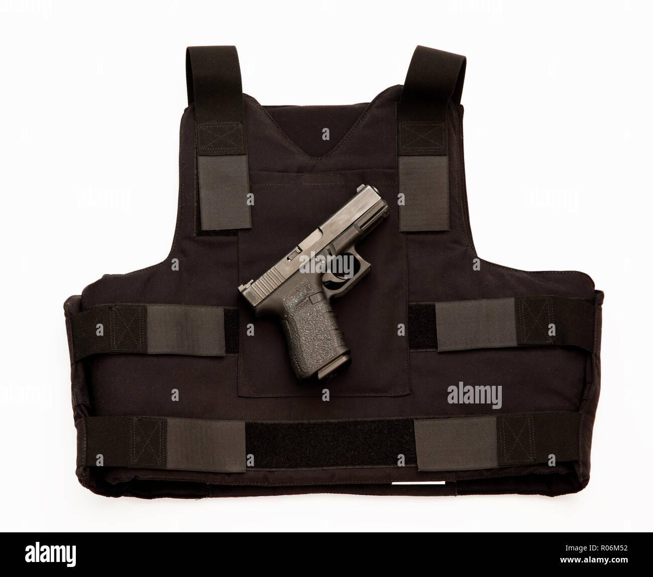 Pistola semiautomática Glock y chaleco antibalas. Foto de stock