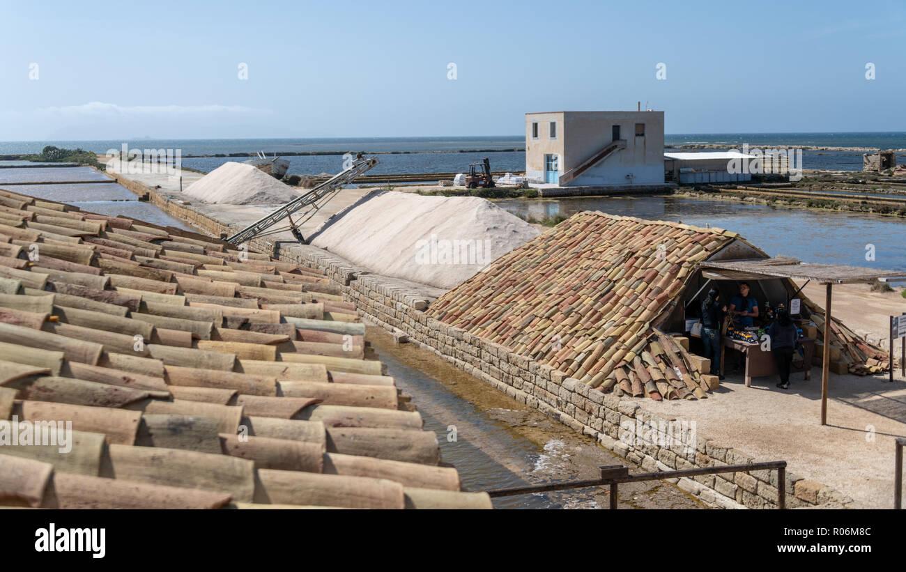Los montones de sal en Salt Museum, Trapani, Sicilia, Italia Imagen De Stock