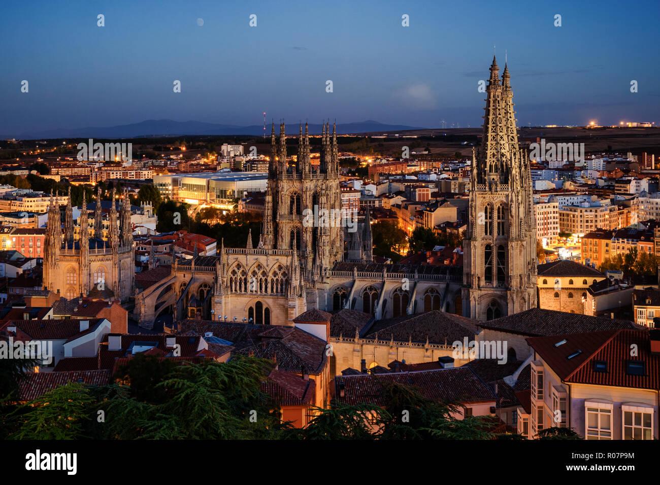 Tiempo de mezclado sunset/vista nocturna de la ciudad y de la catedral de Burgos, en España Foto de stock