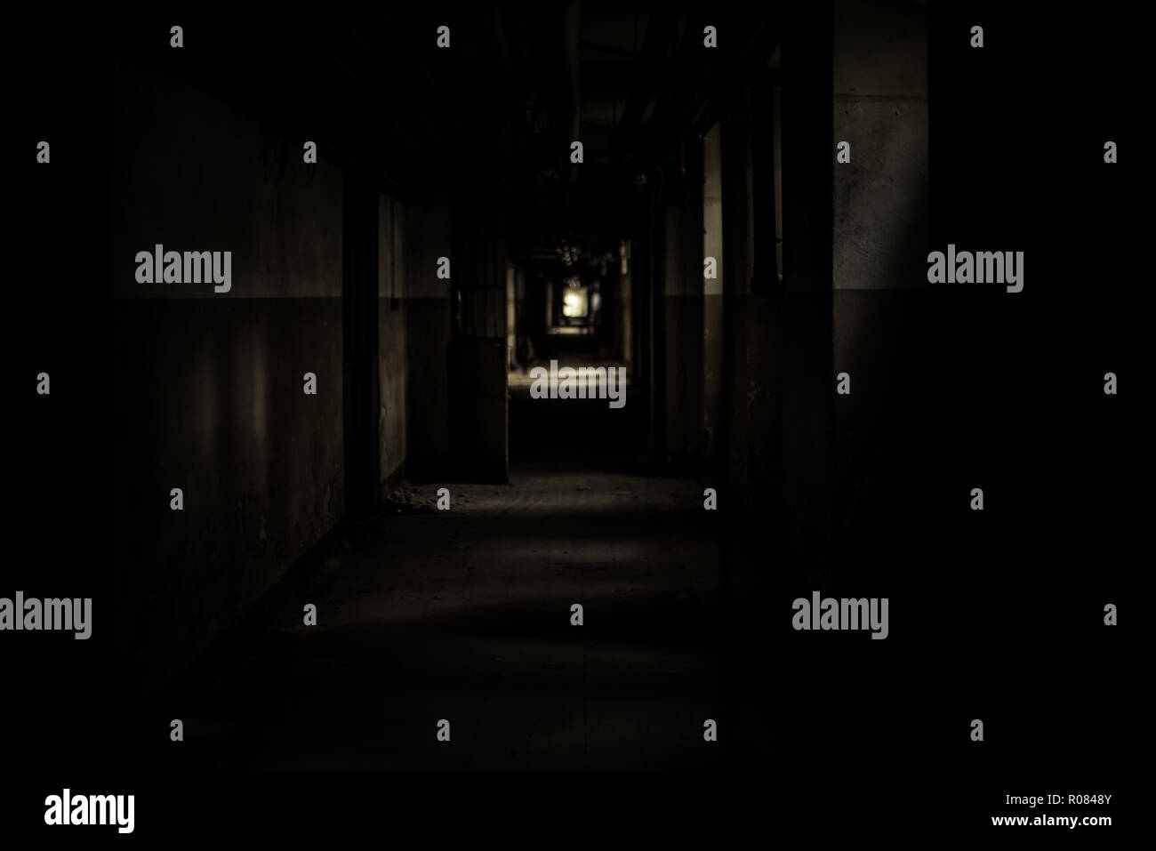 Túnel de miedo en un edificio abandonado Foto de stock