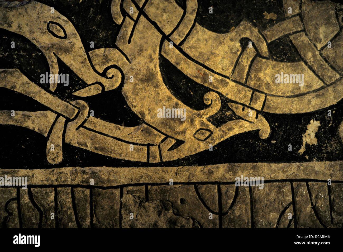 Piedra rúnica. Fragmento de la tapa de un sarcófago de piedra de Husaby, provincia de Vastergotland. Texto: En memoria de Styrbjorn. A finales de la era vikinga. El Museo de la historia de Suecia. Estocolmo. Suecia. Foto de stock