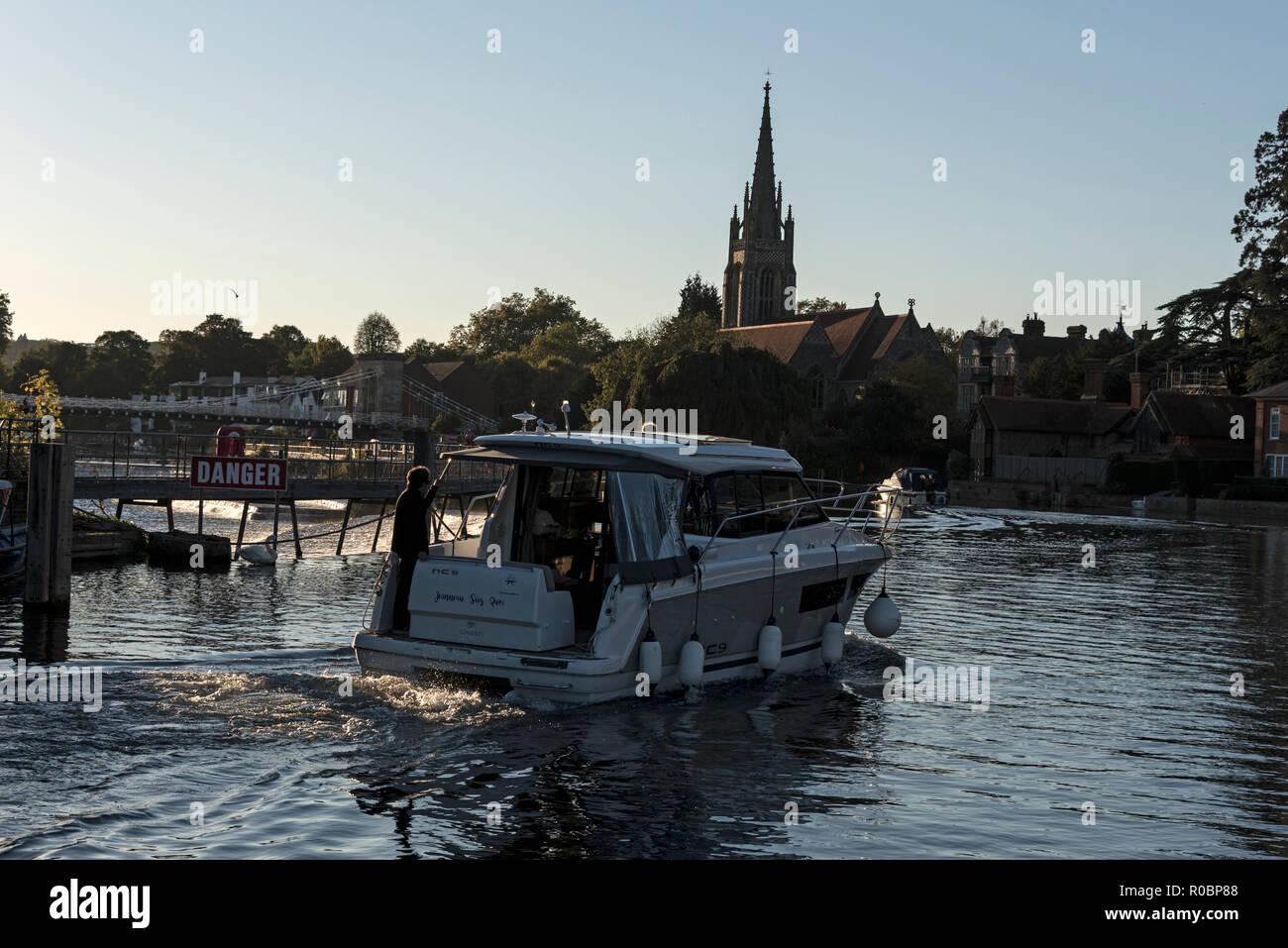 Un crucero fluvial por el río Támesis mientras el otoño se establece en Marlow en Buckinghamshire, Inglaterra Foto de stock