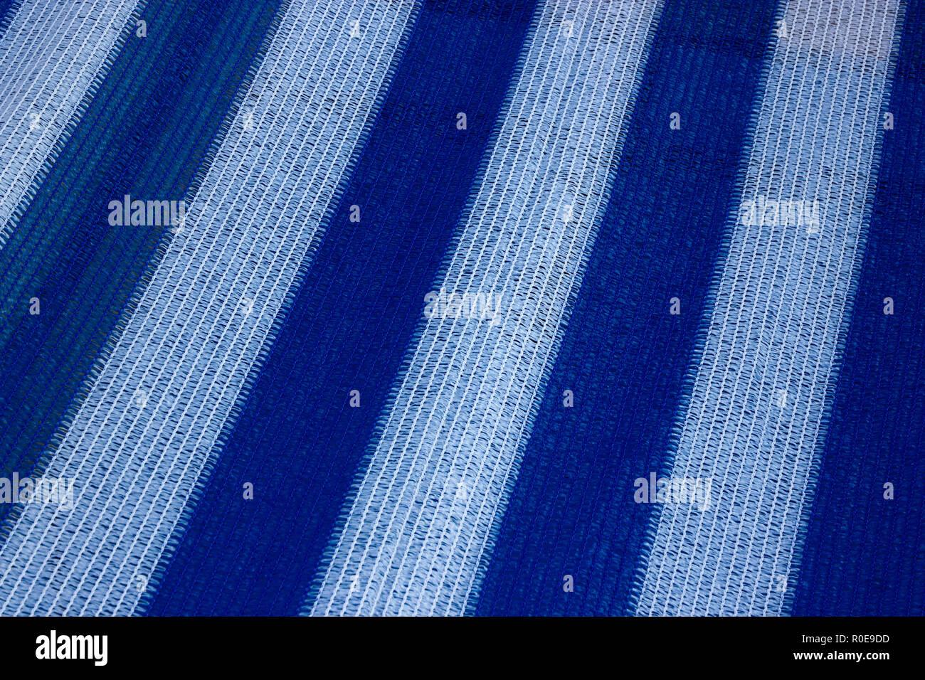Un hermoso blanco y azul stripey textura de una cubierta de barco a la orilla del mar Imagen De Stock