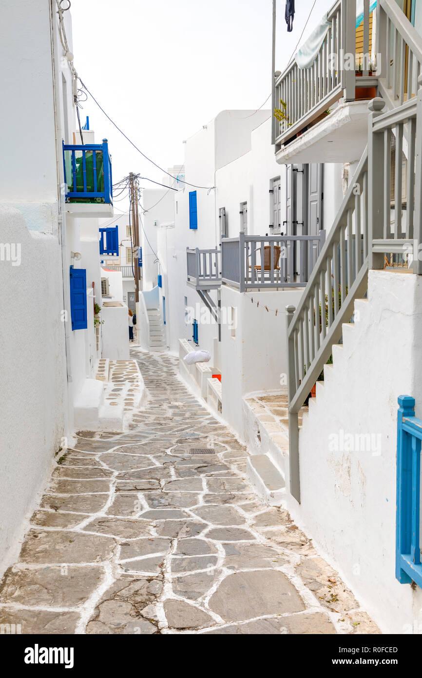 Las casas tradicionales con puertas y ventanas azules en las estrechas calles del pueblo griego en Mykonos, Grecia Foto de stock