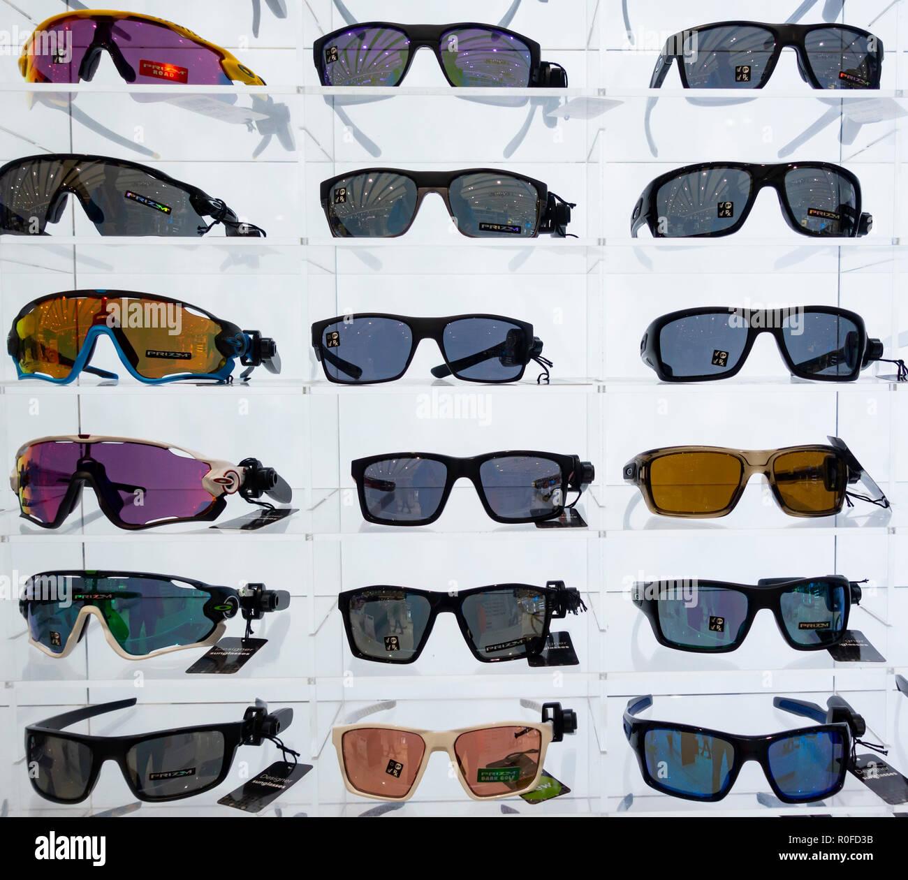 Oakley gafas de sol en la tienda libre de impuestos del aeropuerto Imagen  De Stock ec79e2f6be352