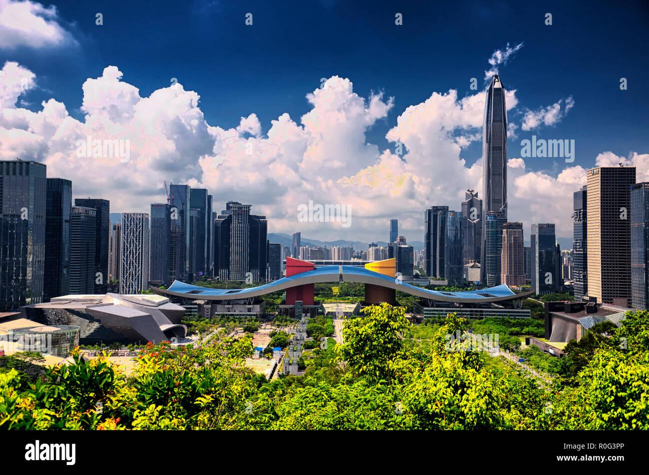 Shenzhen, China. El 26 de mayo de 2018, el horizonte de la ciudad de Shenzhen y centro cívico como visto desde Lianhuashan Park en el centro de la ciudad en un día soleado. Imagen De Stock
