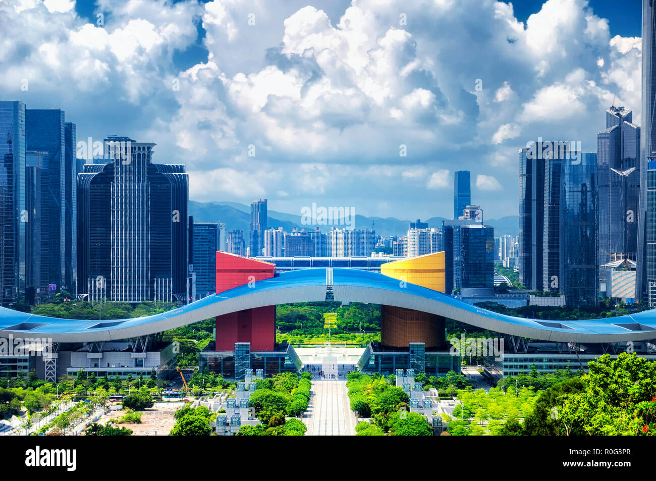 El shenzhen Civic Center en el centro de la ciudad de Shenzhen, China en un día soleado cielo azul visto desde Lianhuashan Park. Imagen De Stock
