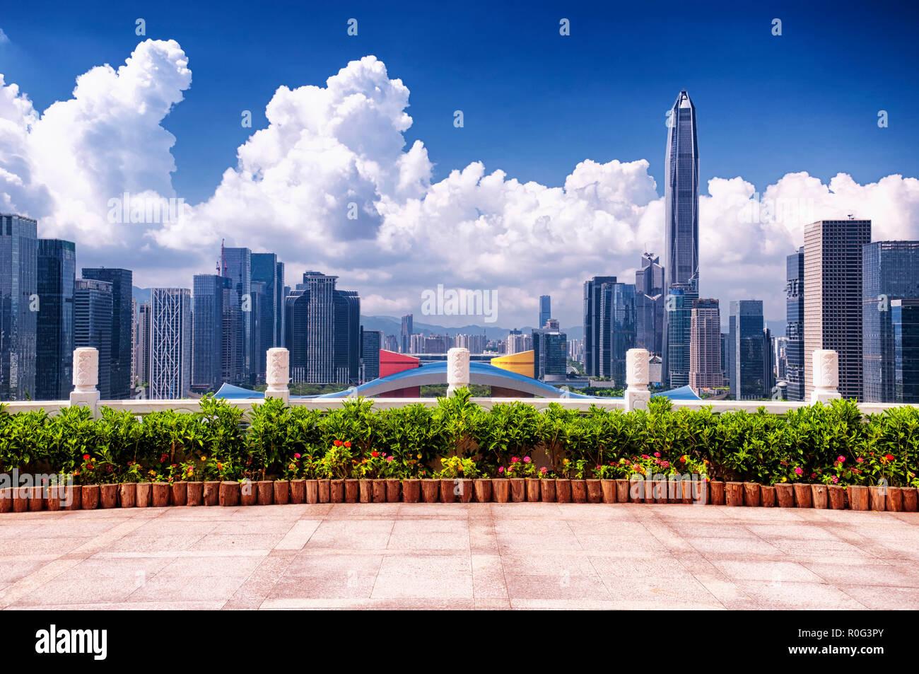 Con vistas al horizonte de Shenzhen, el centro cívico y pingan centro financiero en un día soleado cielo azul. Imagen De Stock