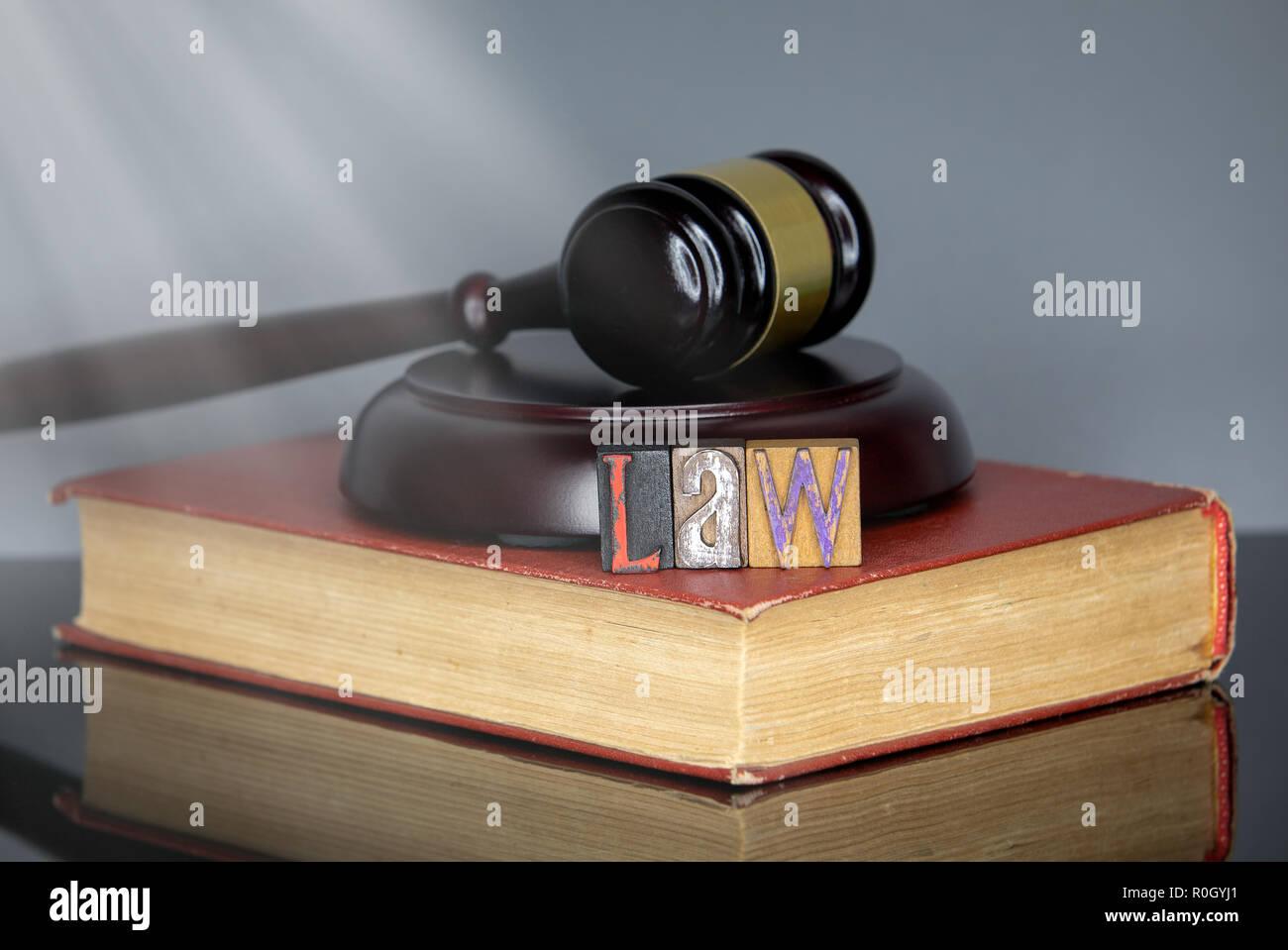 La ley palabra de letras de madera de colores Foto de stock
