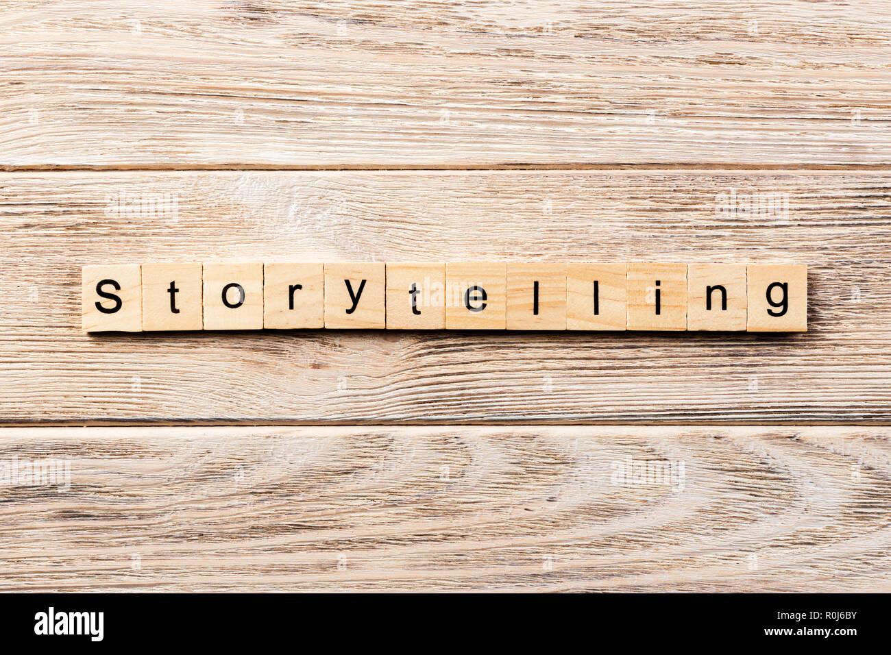 La narración palabra escrita sobre un bloque de madera. La narración texto en tabla, concepto. Foto de stock