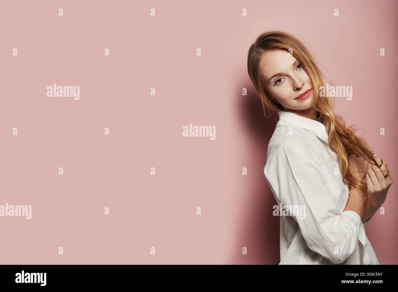Caucásica Retrato Camisa Fondo Pelo Rosa Mujer Vestido Color Una Largo Con De Bonito Sobre Blanca qUtBB