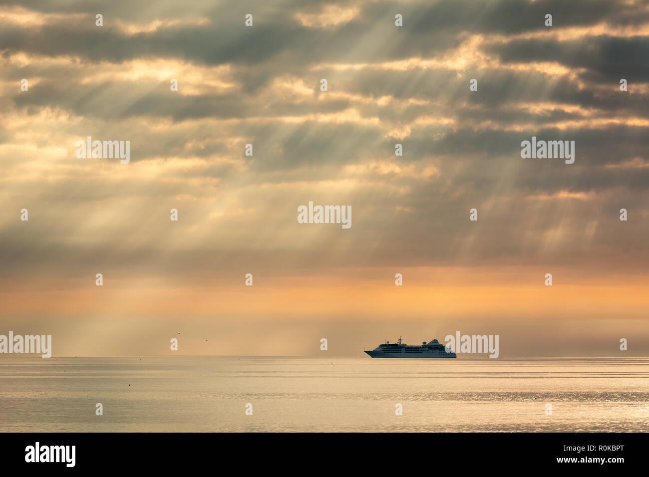 Silueta de ferry en los ejes de la luz de la mañana en la Bahía de Dublín, en Irlanda Foto de stock