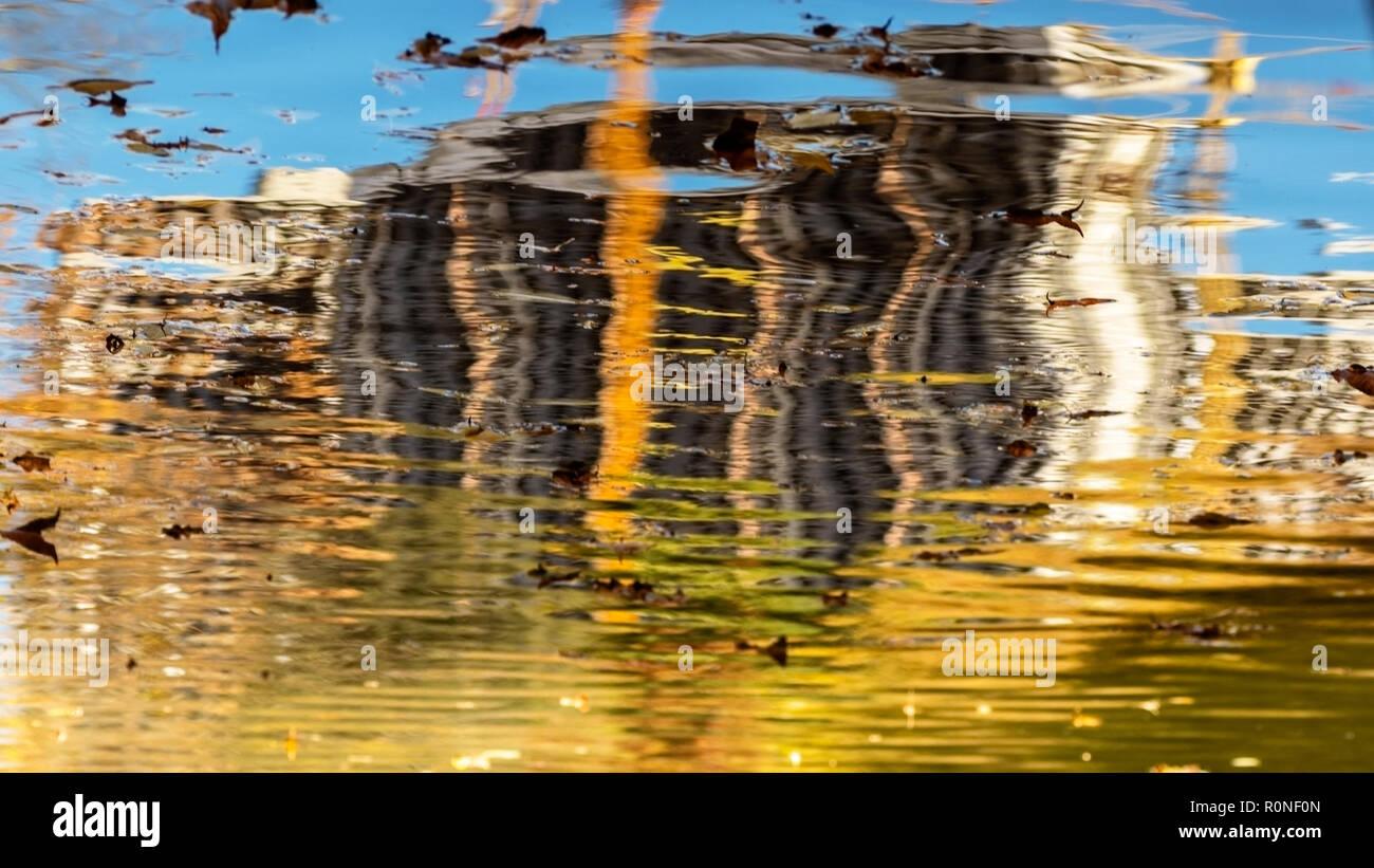 Reflejo en el agua de un edificio en construcción Foto de stock