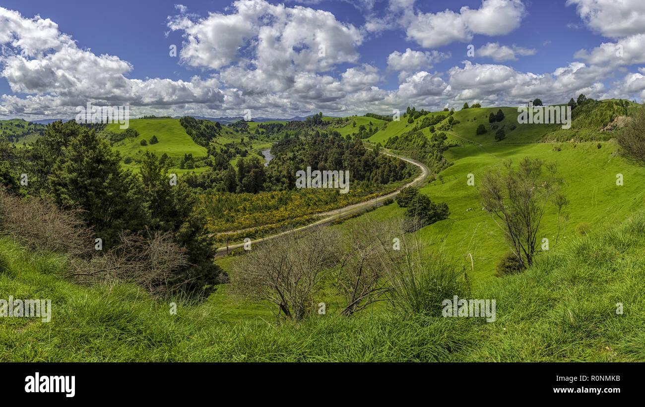 Una vía férrea serpenteante a través de verdes paisajes vistos desde el mirador Piriaka, Nueva Zelanda Foto de stock