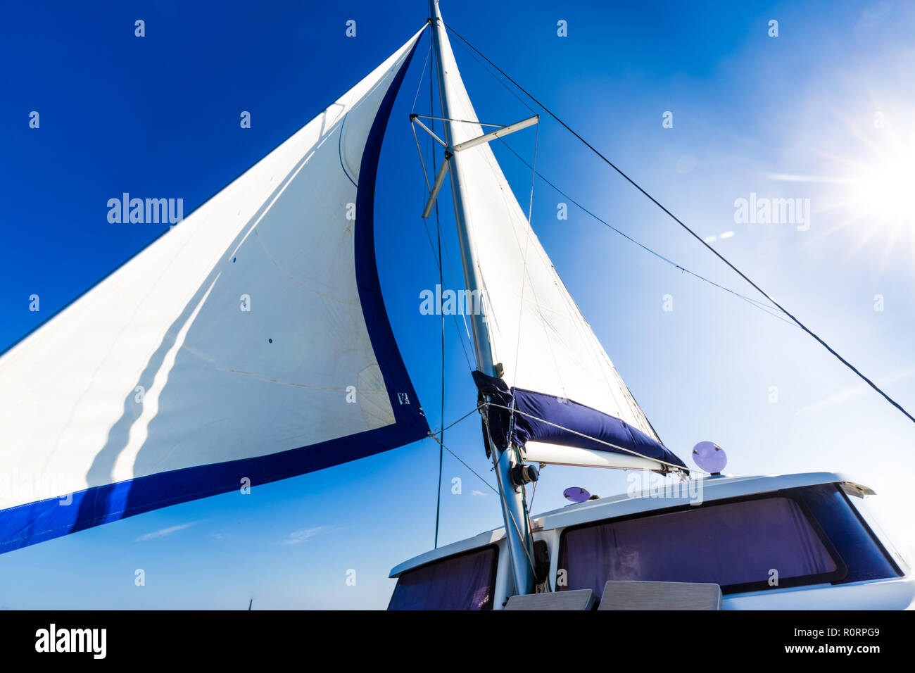 Velas blancas de un yate de vela en el viento. Deporte acuático de recreo Foto de stock
