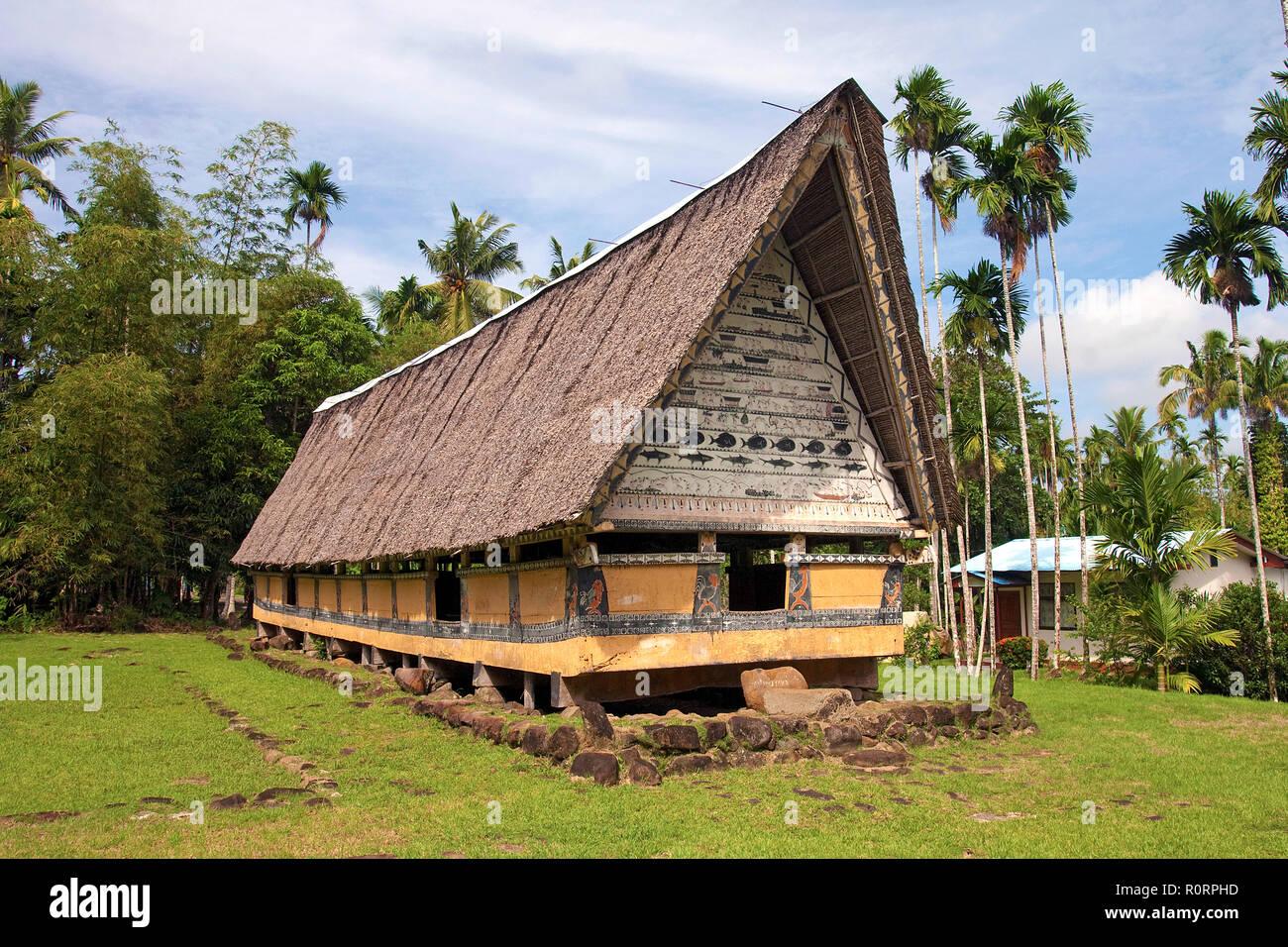 Traditionelles Männerhaus aus der Zeit des traditionellen Verwaltungssystems, Palau, Mikronesien   Casa tradicionales de los hombres en la isla de Palau, Micronesia Foto de stock