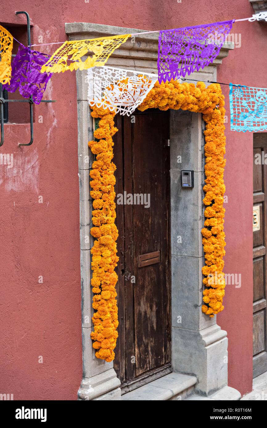 Una Puerta De Entrada A Una Casa Decorada Con Flores De