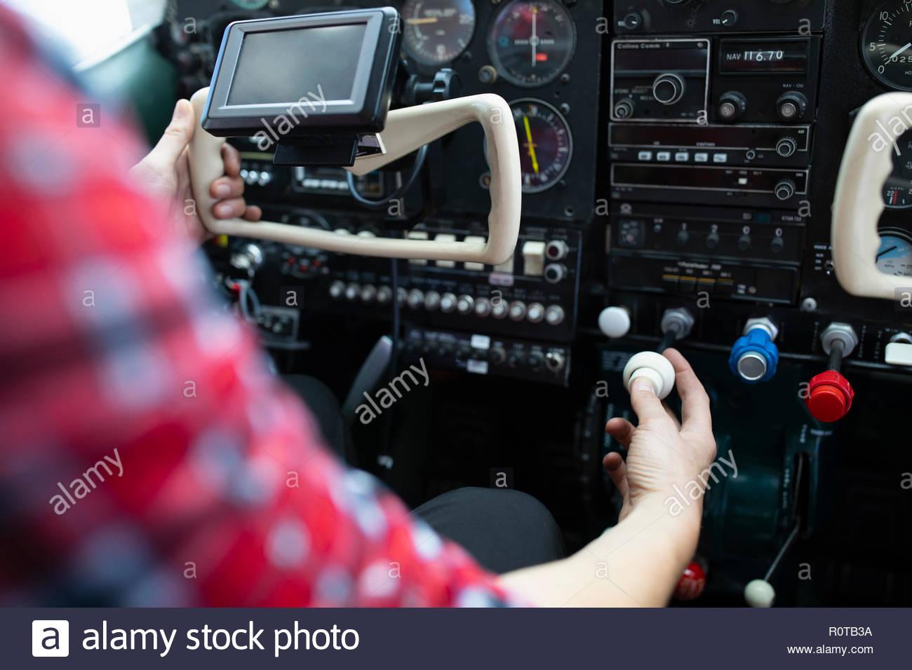 Mujer piloto de avión volando en avión cockpit Imagen De Stock