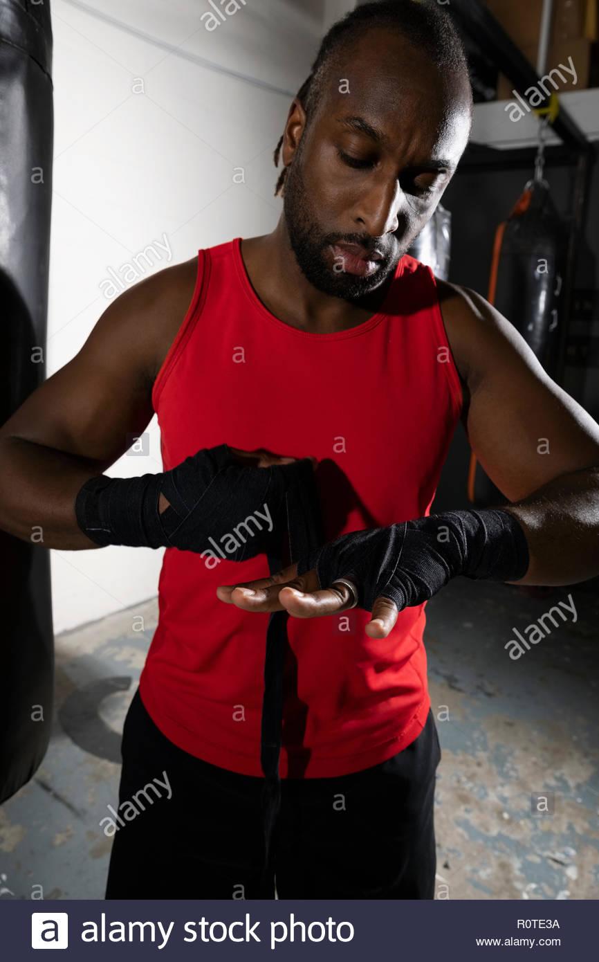 Boxer Masculino muñecas encintado con cinta en el gimnasio Imagen De Stock