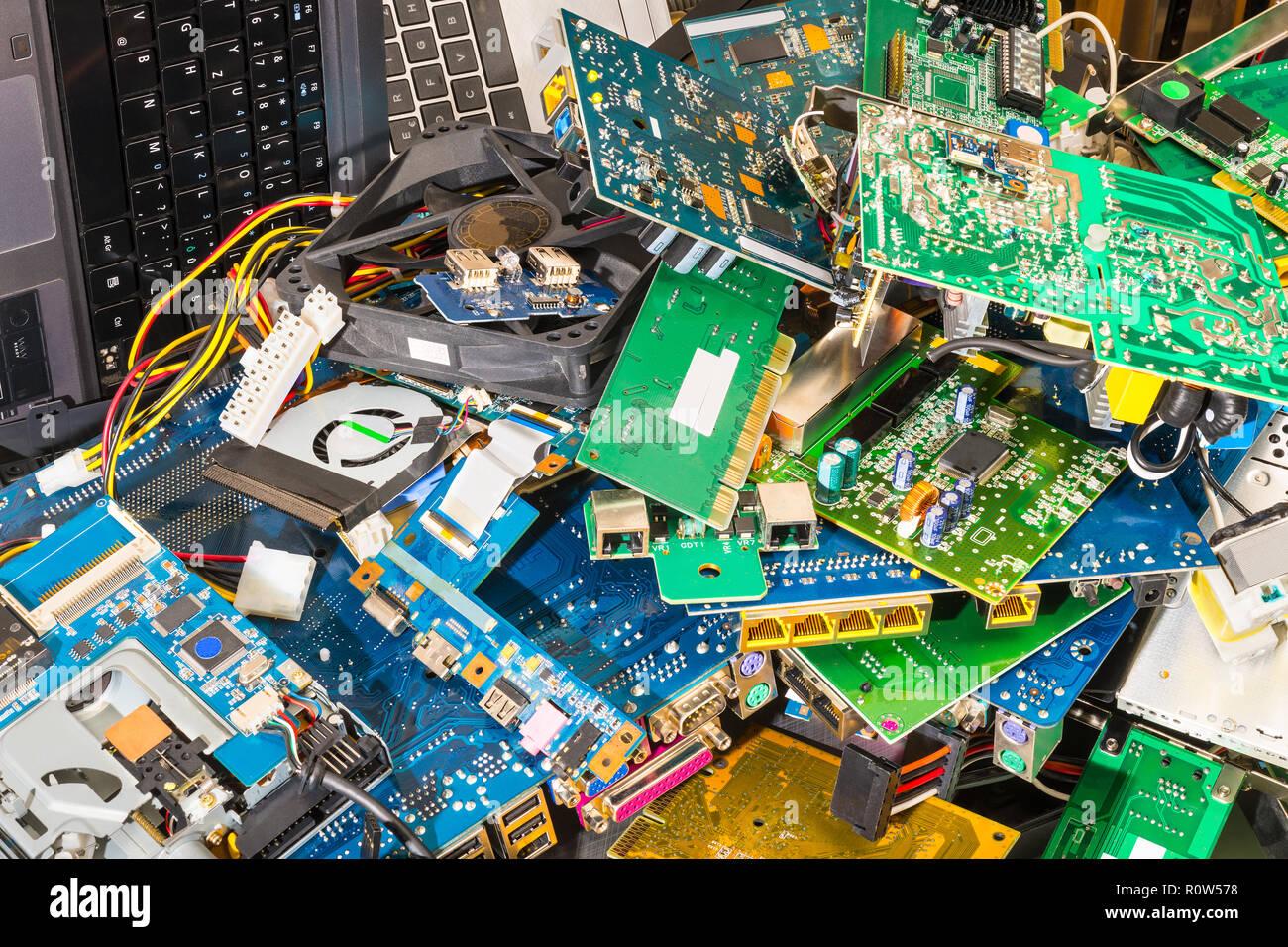 E-pila de desechos desde descartado piezas portátil. Conectores, PCB, los teclados de portátiles. Fondo de colores de los componentes de la PC. Reciclaje de residuos electrónicos. Imagen De Stock